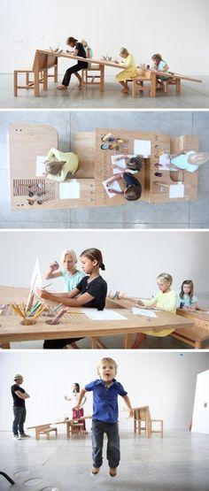 加拿大的TimDurfee & IrisAnnaRegn工作室设计的一张成长绘图桌(Growth Table),一张倾斜的桌面搭配不同高度的凳子,所有年龄的小朋友都可以用。
