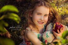 Sesja w sadzie dziewczynka z jabłkiem
