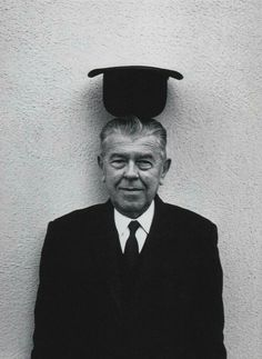 René Magritte Rene Magritte, Max Ernst, Famous Artists, Great Artists, Magritte Paintings, Art Paintings, Duane Michals, Portraits, Les Oeuvres