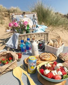 - - (notitle) Going On A Picnic Comida Picnic, Cute Date Ideas, Romantic Picnics, Romantic Dinners, Think Food, Summer Picnic, Beach Picnic Foods, Picnic Date Food, Family Picnic Foods