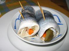Aperitivo de Alemania. Hay que tener cuidado a la hora de sacar los filetes de la sardina para que no se desmoronen al doblarlos. Si no se puede o se sabe sacar los dos filetes unidos, hacerlos en individual .