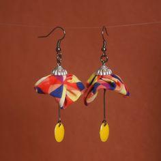 Boucles d'oreilles en tissu multicolore et sequin ovale jaune .