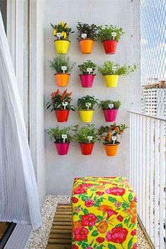 Horta suspensa com vasinhos coloridos