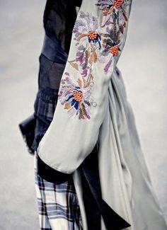 Andando de mãos dadas com a tendência dos patches, os bordados de figuras bold, bem grandonas e cheias de cor ,chegam arrasando neste inverno prometendo ter ainda mais força no próximo verão! As pe…