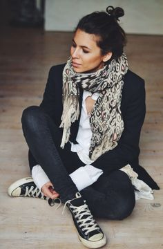 Fresh, cool, simple: Jeans, chucks, white cuffs, black jacket - all wrapped in a gorgeous print scarf
