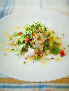 世界で最も人気のある料理人の1人、ジェイミー・オリバーのセビーチェ・レシピ。素材の良さをシンプルな手法で引き出す彼独自のエッセンスが感じられる一品です。  <材料-4人分> ・スズキ、カレイ、タイなど白身魚の刺身用切り身-400g ・赤や黄色のパプリカ-1個 *種を除き、細かく切っておく ・ねぎ-2本分 *薄くスライスしておく ・レモンの絞り汁-3個分 ・岩塩-小さじ1 ・生の赤唐辛子-1又は2本 *種を除き、細かく切っておく ・ミント-8枝分 *葉は枝から切り離しておく ・コリアンダー8枝分 *葉は枝から切り離しておく ・フェンネルの葉-ほんの少し ・エクストラバージンオリーブオイル ・粒黒胡椒