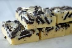 You won't be able to resist the combination of white chocolate and Oreos in this yummy three ingredient Cookies and Cream Fudge! Three Ingredient Cookies, Cookies And Cream Fudge, Low Calorie Cake, Greek Sweets, Sweet Corner, Square Cakes, Sweet Pie, Cookies Ingredients, Vegetarian Chocolate