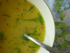 cibo conforto: Zuppa di fagioli mung con curcuma, semi di senape nera e prezzemolo