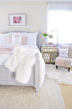 Esse quarto é super delicado e romântico, com cores neutras e muitos detalhes! Foto: 2 ladies & a chair.