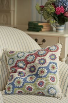Sitting pretty is the County Crochet Cushion Form Crochet, Crochet Home, Crochet Motif, Crochet Designs, Knit Crochet, Crochet Patterns, Crochet Cushion Cover, Knitted Cushions, Crochet Pillow