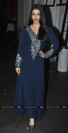 Aishwarya Rai Bachchan at 'Jazbaa' Wrap Up Bash : I'm not really a fan of this Manish Malhotra outfit, it's just not dressy enough. She completed her look with Dior pumps, straight hair and red lips. Kurta Designs Women, Salwar Designs, Kurti Designs Party Wear, Blouse Designs, Indian Attire, Indian Wear, Pakistani Outfits, Indian Outfits, India Fashion