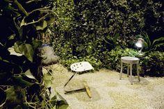 """HOCKER """"Mezzadro"""" von Zanotta, Design: Achille und Pier Giacomo Castiglioni. TISCH """"Raw Side Table"""" von Muuto, Design: Jens Fager."""