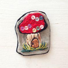 レザーと麻の素材にビーズや刺繍糸できのこの模様を描き、ブローチを作りました。カラフルなカーディガンやお花柄のワンピースなどにつけるとまた一段とかわいくなると思... ハンドメイド、手作り、手仕事品の通販・販売・購入ならCreema。