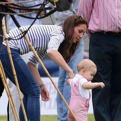 Kate ajuda príncipe George a dar os primeiros passos
