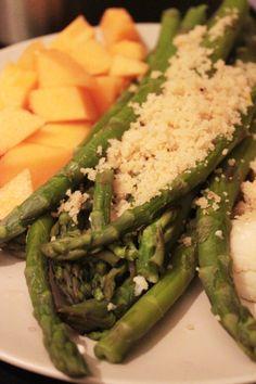 Green asparagus with cantaloupe melon / Gruener Spargel mit Zuckermelone