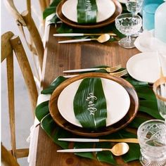 Good morning wishing you all a fabulous Wednesday check out this pretty & tropical tablescape, with a personalised leaf for guests instead of place cards! Fabulous idea don't you think!! #wednesdayalready #weeksflybysoquickly #tropicaltablescape #monstera #simple #understated image via kristamason.com