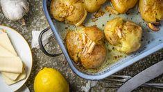 Příloha nebo hlavní chod, tyhle zapečené nové brambory si zamilujete. Pro někoho trochu nevšedně jsme máslo tentokrát ochutili kromě česneku taky citronem avýsledek rozhodně stojí za to. Pretzel Bites, Cauliflower, Potatoes, Bread, Vegetables, Lemon, Cauliflowers, Potato, Brot