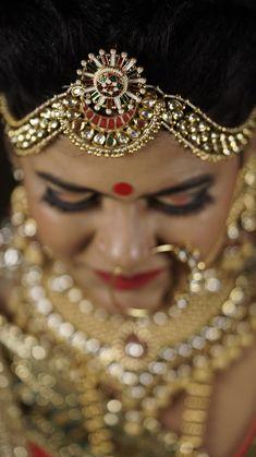 Indian wedding maang tikka for bride Genelia D'souza, Lehenga Wedding, Sunset Wedding, Lehenga Saree, Photography Packaging, Wedding Preparation, Couple Shoot, Mehendi, Candid