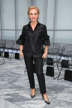 Designer Carolina Herrera attends Oscar De La Renta fashion show during New York Fashion Week on September 2017 in New York City. 60 Fashion, Estilo Fashion, Over 50 Womens Fashion, Vogue Fashion, Fashion Over 50, Fashion Show, Fashion Design, Mom Outfits, Chic Outfits
