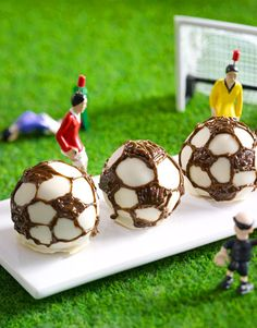 BBC Recipes - Easy and Illustrated Recipes Soccer Party, Partys, Top Recipes, Food Illustrations, Cake Art, Cake Pops, Chocolate Cake, Easy Meals, Beef