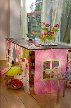 Quem que graça. Tecidos diversos e acabamento perfeito para reproduzir nas brincadeiras infantis o nosso cenário mais conhecido: a casa. E assim, integrada à uma mesa qualquer que se tenha, show!