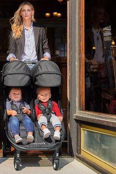 Baby Jogger City Tour 2 Double vi dimostrerà che uscire a passeggio con gemelli (o fratelli di età simile) è un gioco da ragazzi. Questo passeggino doppio non è eccessivamente pesante, è compatto e con l'apposita navicella si può usare da 0 mesi.