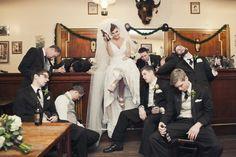 Fotos que contam uma história engraçada - como esta, em que a noiva segurou melhor as bebidas do que os padrinhos! - podem ser ótimas alternativas para seu álbum de casamento.