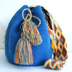 @ipuanabarcelona Barcelona, Tapestry Bag, Bag Patterns, Hakuna Matata, Crochet Bags, Bucket Bag, Purses And Bags, Wool, Ornaments