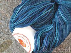 Handgesponnen & -gefärbt - Tiefsee 1 - handgefärbte Sockenwolle - ein Designerstück von HerzKoenigin bei DaWanda