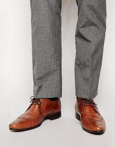 €40, Braune Leder Brogues von Asos. Online-Shop: Asos. Klicken Sie hier für mehr Informationen: https://lookastic.com/men/shop_items/295500/redirect
