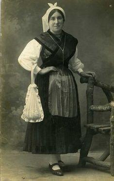 Exposición vestidos de asturiano. Posando para la foto. Folk Costume, Costumes, Asturias Spain, World Cultures, Historical Clothing, Traditional Outfits, History, Paraiso Natural, Google