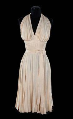The Original Marilyn Monroe dress worn in the 1955 film The Seven Year Itch. The dress was created by costume designer William Travilla. Jones Fashion, Moda Fashion, Retro Fashion, Vintage Fashion, Fashion Models, Sexy Dresses, Vintage Dresses, Vintage Outfits, Estilo Marilyn Monroe