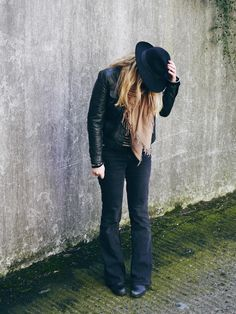 Flare jeans, leather jacket and hat