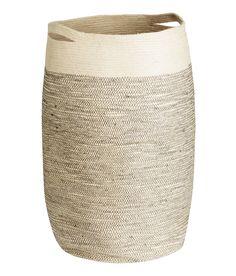 Juuttinen pyykkikori, jossa kaksi kantokahvaa. Halkaisija noin 35 cm, korkeus 65 cm.  hm.com