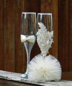 Discover thousands of images about pahare handmade personalizate pentru miri si nasibridesmaids bouquet ideas with stemmed glasses Set of 2 hand decorated Champagne Glasses for your Wedding TimeFor the bride and bridesmaids Wedding Wine Glasses, Diy Wine Glasses, Decorated Wine Glasses, Wedding Champagne Flutes, Painted Wine Glasses, Champagne Glasses, Bridal Glasses, Wine Glass Crafts, Bottle Crafts