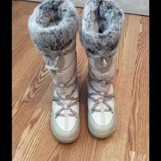 North Face Primaloft winter Boot Gently used. Size 8.5, fur lined, waterproof. Cream color. Bin#042-065B North Face Shoes Winter & Rain Boots