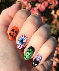 Your No-Halloween-Costume Solution: Nail Art Whether dressing up in costume really isn't your jam or you just can't rock enough Halloween looks between September 1 and October you're definitely going to want to check out this Halloween nail art. Holloween Nails, Cute Halloween Nails, Halloween Acrylic Nails, Halloween Nail Designs, Spooky Halloween, Halloween Coffin, Halloween Snacks, Halloween 2019, Halloween Ideas