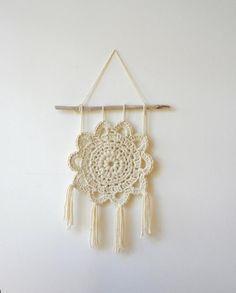 Items similar to Crochet Mandala Dream Catcher Wall Hanging Natural Cream White Driftwood Boho Decor Beach Yarn Art on Etsy Crochet Wall Art, Crochet Wall Hangings, Crochet Decoration, Crochet Home Decor, Hand Knitting, Knitting Patterns, Crochet Patterns, Crochet Gifts, Cute Crochet