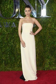 Bella Hadid   Tous les looks du tapis rouge des Tony Awards