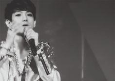 OMG Baekhyun!!!!!!!!!!!!! Baekhyun trying to act seductive #EXO #Baekhyun #kpop