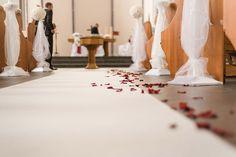 Rosenblätter auf dem Boden in der Kirche zur Dekoration bei der Trauung. Foto: http://weddings.lauramoellemann.de