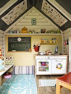 Legehus-hygge: Her bor vi! Shed Playhouse, Playhouse Decor, Playhouse Interior, Playhouse Outdoor, Wooden Playhouse, Kids Cubby Houses, Play Houses, Backyard Playground, Backyard For Kids