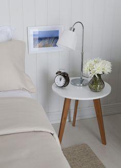 Que tal utilizar uma mesa lateral como criado-mudo no quarto? Essa ideia ficou super delicado no cantinho da Casa Mobly ♡ Nós aprovamos!