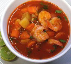 El chile guajillo y las verduras cooperan para producir este caldo de camarones rico, ligero,nutritivo y de sabor refinado. Receta fácil de 1 hora.