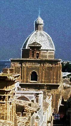 Cupola maiolicata della Chiesa di San Domenico - La cupola maiolicata della settecentesca Chiesa di San Domenico domina tutta la cittadina e le campagne circostanti ed è il simbolo di Ferrandina.