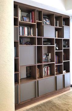 Librero terminado en nogal y encino laqueado. Departamento M+M por #santorojo #arquitectura #wood #madera #bookshelf #librero #design