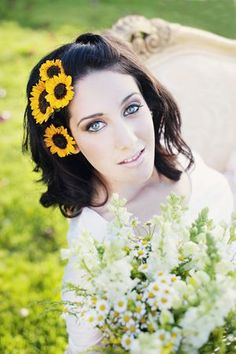 Sunflowers in your wedding hair :)    loooove