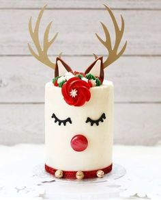 Our New Obsession: Adorable Reindeer Cakes! Lovely Events - - We have a new obsession that we MUST share with you! We have been seeing these reindeer cakes everywhere are we are head over heels in LOVE with them! Christmas Themed Cake, Christmas Cake Designs, Christmas Cake Decorations, Christmas Sweets, Holiday Cakes, Noel Christmas, Christmas Goodies, Holiday Treats, Chrismas Cake