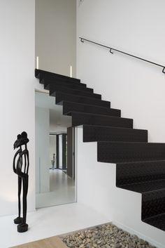 zwarte stalen trap met traanplaat