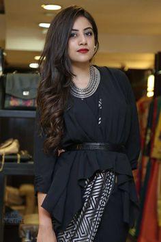 2 Fabulous Ways To Completely Revamp Your Sari! Stylish Blouse Design, Fancy Blouse Designs, Stylish Dress Designs, Indian Bridal Fashion, Indian Fashion Dresses, Indian Designer Outfits, Saree Wearing Styles, Saree Styles, Anarkali